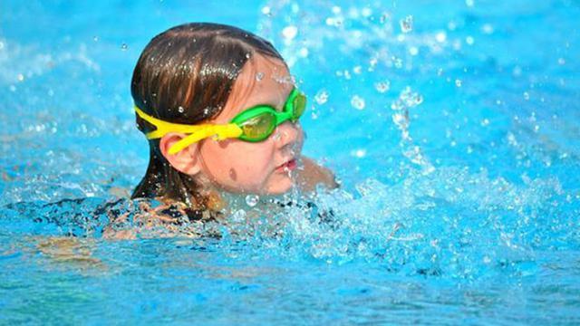 Hal yang Harus Diperhatikan Sebelum Mengajak Anak Berenang